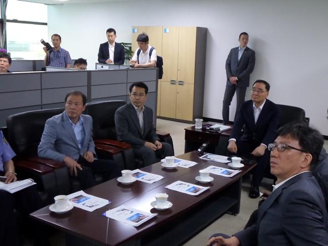 브리핑을 듣고있는 정총리와 김춘선 사장