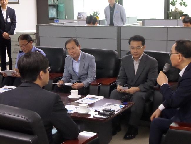 브리핑을 듣고있는 정총리와 김춘선 사장2