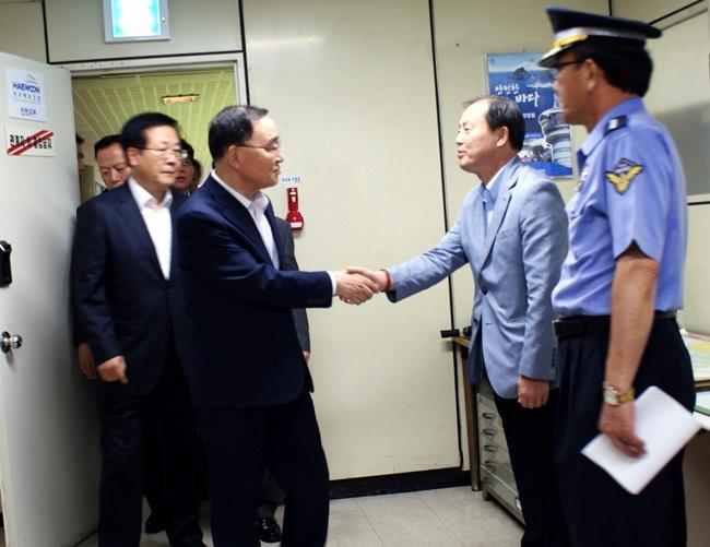 정총리 영접하는 김춘선 사장